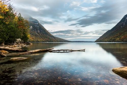 Paysage d'automne sur le lac Willoughby, au Vermont.