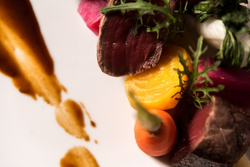 Le Rustique, Bar et restaurant - Lac Supérieur. Gros plan sur assiette de boeuf et légumes racines.