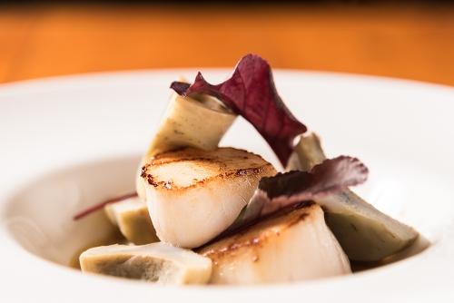 Le Rustique, Bar et restaurant - Lac Supérieur. Gros plan sur repas de pétoncles.
