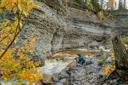 Isabelle Michaud photographe au canyon Observation à l'île d'Anticosti.