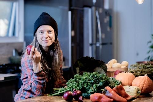 Véronique Bouchard, agronome, agricultrice, agriculture biologique, Cuisiner sans recettes, Écosociété, Ferme aux petits oignons, guide de résilience alimentaire, photographe professionnelle, portrait d'affaires, Laurentides, Mont-Tremblant, Québec
